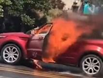 Video: Thất tình, chàng trai nhảy vào xe tự thiêu cùng bạn gái