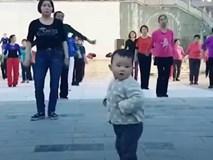 Em bé chăm chỉ thể dục