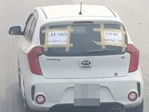Tấm biển thông báo dán sau ô tô khiến người đi đường phải né tránh