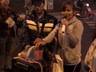 Nổi da gà trước giọng hát ngọt ngào của người phụ nữ bán hàng rong bị khiếm thị