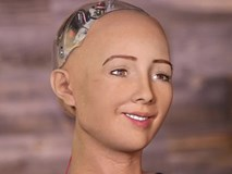 Robot Sophia nhận Will Smith làm anh trai mưa, không cho hôn nhưng vẫn nháy mắt thả thính