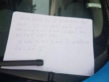 Đỗ xe trong ngõ, lúc quay về tài xế xấu hổ vì mảnh giấy nhắn để lại