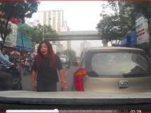 Nữ tài xế lùi ô tô đâm vào xe người khác còn hùng hổ xuống bắt đền