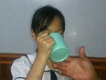 Học sinh lớp 3 bị bắt uống nước giẻ lau bảng: Cô cầm tay em bảo