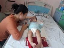 Bé gái 9 tháng tuổi ngất lịm, toàn thân tím tái sau mũi tiêm của y sĩ