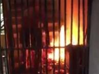Người đàn ông thản nhiên đốt vàng mã tại hành lang, người dân khu tập thể sợ khiếp vía
