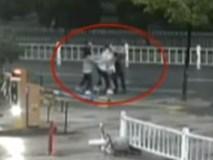 Ngang nhiên bắt cóc trai đẹp 'giữa đường giữa chợ', 3 cô gái nhận kết cục 'thảm'