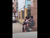 Nhìn hình ảnh mẹ đón con kẹp 5 trên xe máy trước cổng trường, dân mạng hỏi chồng chị đâu mà để vợ khổ thế này?