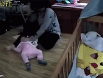 Phẫn nộ bảo mẫu trẻ vừa xem điện thoại vừa bạo hành bé 8 tháng tuổi