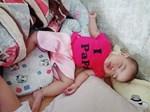 Mẹ giật mình dậy không thấy con gái đâu, hóa ra đang quấn chặt chân bố ngủ thế này-11