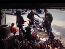 Video: Dừng xe bên đường để mua gà, hai người đàn ông tý mất mạng vì gặp ô tô mất lái