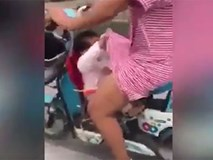 Mẹ đang bon bon lái xe, em bé tốc váy mẹ xem có giấu gì bên trong không