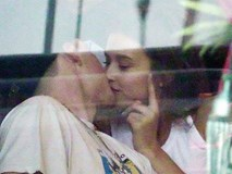 Cậu cả nhà Beckham bị bắt gặp khóa môi người mẫu Playboy