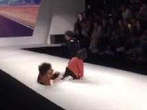 Ngã dúi dụi trên sàn catwalk, model nhí đầu xù vẫn thể hiện rất chuyên nghiệp và đầy thần thái mặc kệ mọi chướng ngại