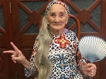 Bà ngoại 93 tuổi thích mặc áo dài, đọc truyện Doremon: Con cháu