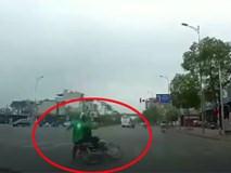 Người đàn ông mặc áo GrabBike vượt đèn đỏ gây tai nạn giao thông, khách ngồi sau bỏ chạy mất hút