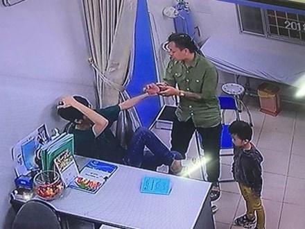 Đang trao đổi về hướng xử lý vết thương, bác sĩ BV Xanh Pôn bị người nhà bệnh nhi đấm liên tiếp vào mặt