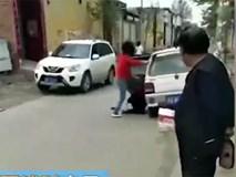 Phẫn nộ con gái đánh đập mẹ giữa chốn đông người chỉ vì hiểu lầm nhỏ