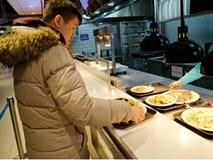 Khinh bạn trai đi ăn mà lại xin nilon gói đồ thừa mang về, cô gái trẻ bị mắng cho xấu hổ