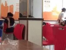 Hết âu yếm trong quán trà sữa, thêm một cặp đôi lại vô tư 'yêu' ngay tại cửa hàng tiện lợi