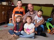 Chuyện về ông bố đồng tính và 4 đứa con khuyết tật truyền cảm hứng sống khắp nước Anh