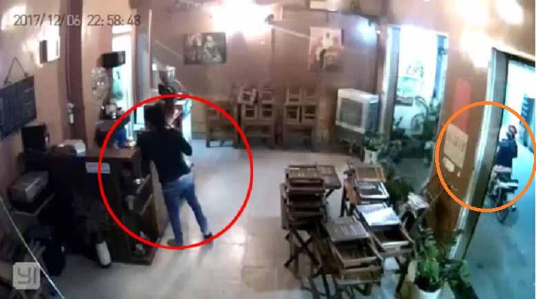 Clip: Đôi nam nữ dàn cảnh nẫng điện thoại tại quán cà phê-1