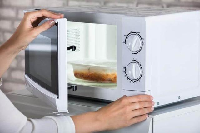 Làm nóng thức ăn bằng lò vi sóng có hại cho sức khỏe không?-2