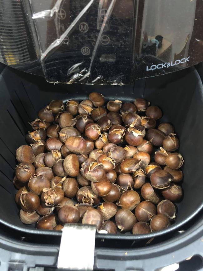 Thử cho hạt dẻ vào nồi chiên không dầu, 20 phút sau sản phẩm thu được khiến hội chị em rào rào hưởng ứng!-6