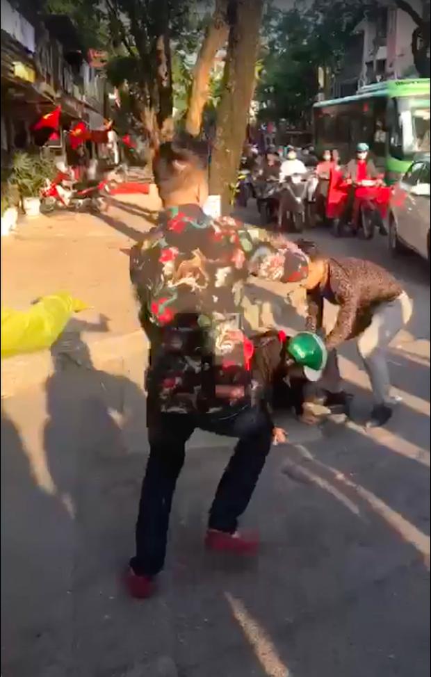 """Vụ đánh ghen có chồng thì phải biết giữ"""" trên phố Hà Nội khiến CĐM phẫn nộ, cô gái được cho là tiểu tam"""" chính thức lên tiếng-4"""