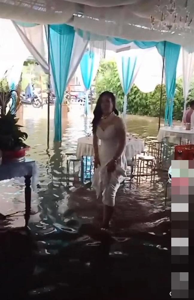 Vất vả tình cảnh đám cưới mùa lũ: Cô dâu vén váy đi giữa dòng nước ngập mênh mông, chú rể cõng vợ qua vùng nước ngập-1