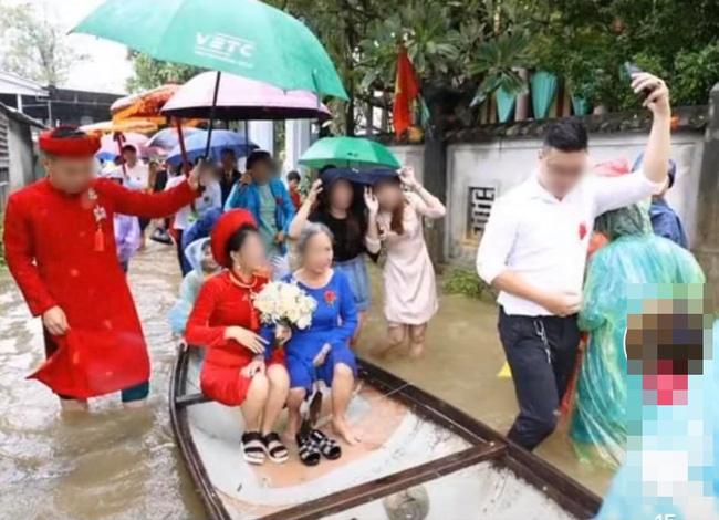 Vất vả tình cảnh đám cưới mùa lũ: Cô dâu vén váy đi giữa dòng nước ngập mênh mông, chú rể cõng vợ qua vùng nước ngập-4