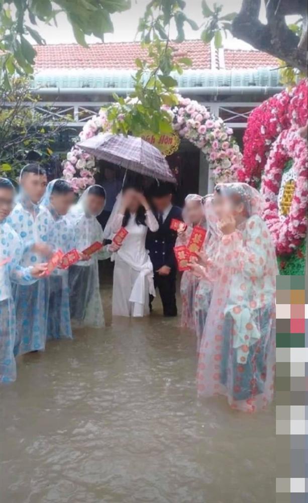 Vất vả tình cảnh đám cưới mùa lũ: Cô dâu vén váy đi giữa dòng nước ngập mênh mông, chú rể cõng vợ qua vùng nước ngập-6