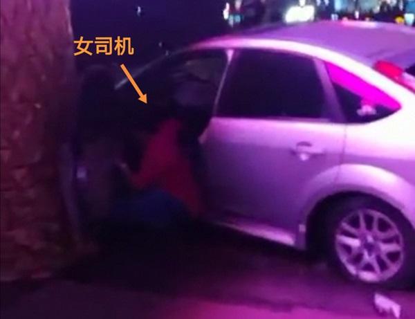 Khoảnh khắc kinh hoàng: Nữ tài xế không bằng lái bay thẳng vào toà nhà ven đường, hiện trường tan nát khiến nhiều người hoảng loạn-1