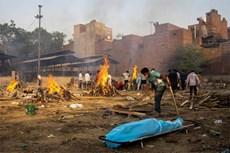 Hình ảnh vừa nhói lòng, vừa rùng mình bên trong những lò hỏa táng bệnh nhân Covid-19 không ngừng rực lửa ở Ấn Độ
