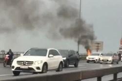 Clip: Xe máy SH bỗng nhiên bốc cháy ngùn ngụt trên cầu Nhật Tân, khổ chủ thất thần đứng nhìn mà không thể làm gì