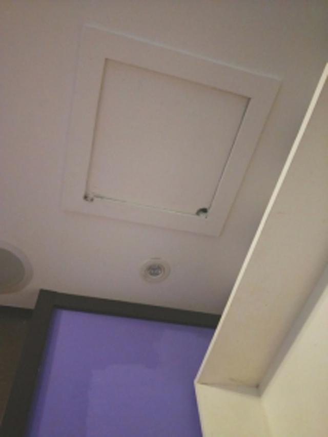 Qua đêm tại khách sạn, cặp vợ chồng sắp cưới hốt hoảng phát hiện thứ này trên trần nhà-1