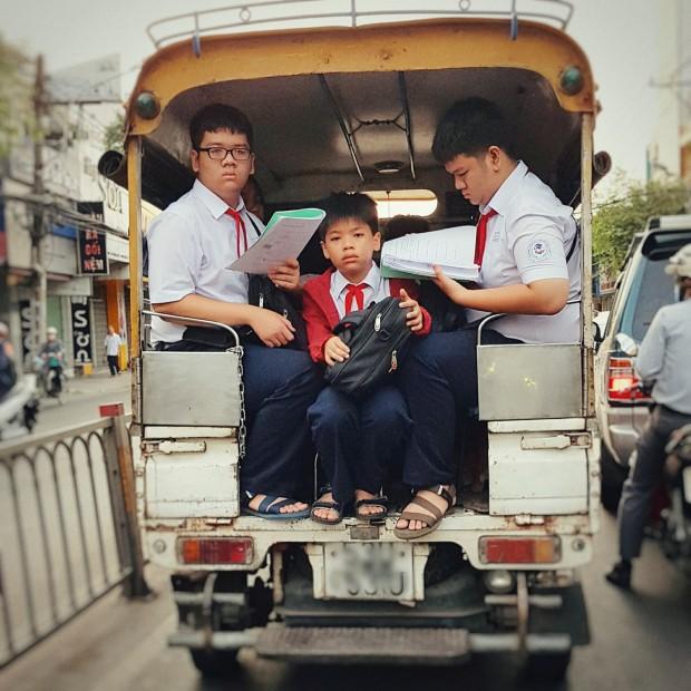 Bức ảnh chụp 3 cậu học sinh tranh thủ học vội đầy căng thẳng trên đường đến trường khiến ai cũng phải suy nghĩ-1