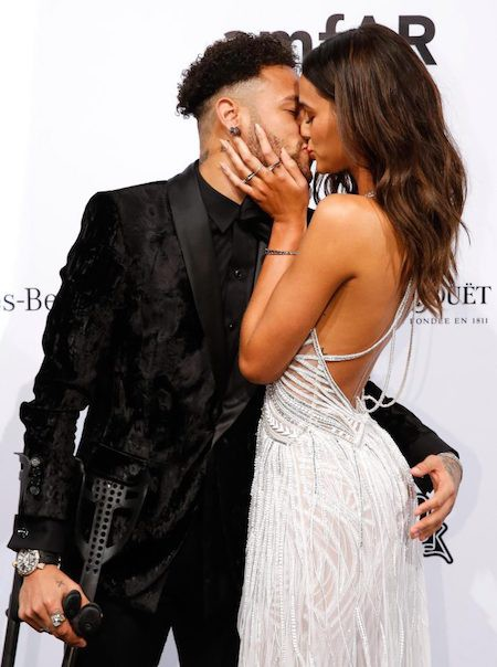 """Neymar chống nạng khoá môi"""" bạn gái xinh đẹp-1"""