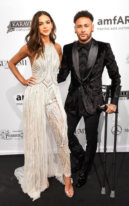 """Neymar chống nạng khoá môi"""" bạn gái xinh đẹp-2"""