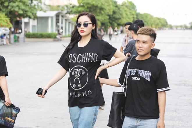 Vợ chồng Trấn Thành, Hoa hậu Kỳ Duyên vác bụng bầu giả làm loạn giữa phố-1