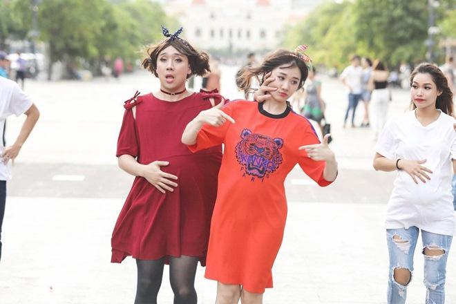 Vợ chồng Trấn Thành, Hoa hậu Kỳ Duyên vác bụng bầu giả làm loạn giữa phố-12