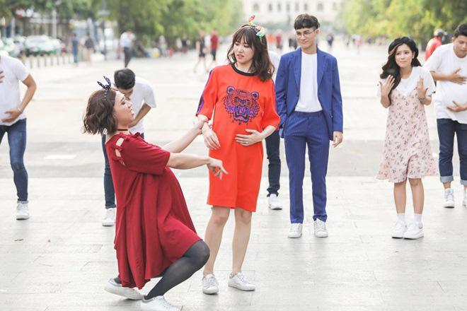 Vợ chồng Trấn Thành, Hoa hậu Kỳ Duyên vác bụng bầu giả làm loạn giữa phố-2