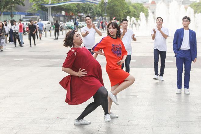 Vợ chồng Trấn Thành, Hoa hậu Kỳ Duyên vác bụng bầu giả làm loạn giữa phố-13