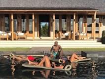 Mayweather tắm nắng cùng 3 người đẹp bikini
