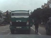 Bị chặn đường vì đi ngược chiều, hành động tiếp theo của tài xế xe tải còn gây bức xúc hơn