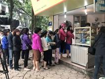 Xếp hàng mua bánh trôi: 1 giờ đồng hồ bán cả ngàn đĩa