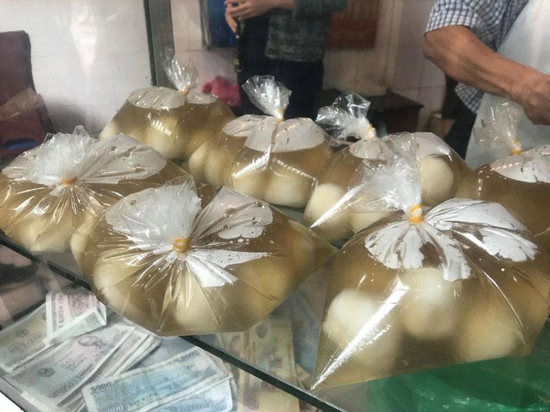 Xếp hàng mua bánh trôi: 1 giờ đồng hồ bán cả ngàn đĩa-12