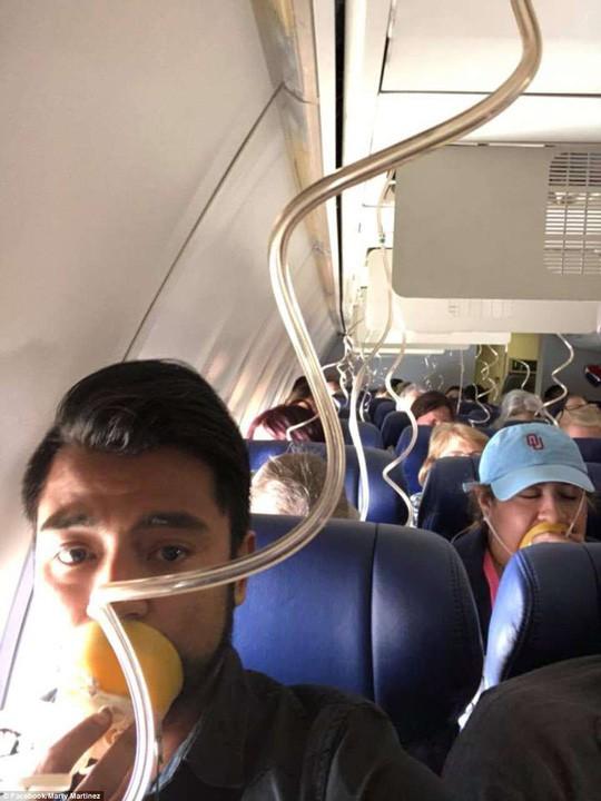 Mỹ: Máy bay nổ động cơ, hành khách cứu 1 phụ nữ suýt văng khỏi cửa sổ-2