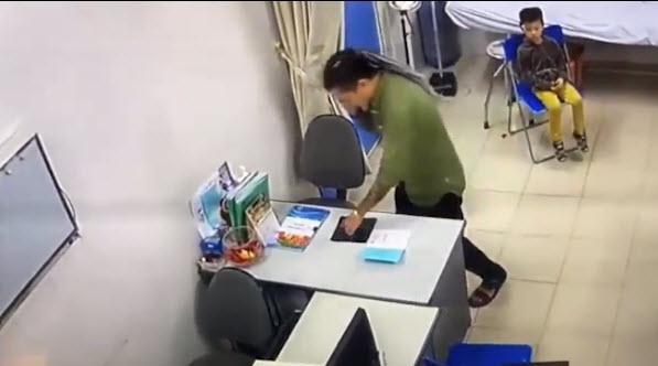 Xuất hiện clip người nhà bệnh nhân tự đặt tiền lên bàn bác sĩ-1