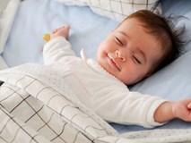 Bé trai 10 tháng tuổi tử vong vì nằm sấp khi ngủ - cảnh báo bố mẹ đặt trẻ ngủ không đúng tư thế